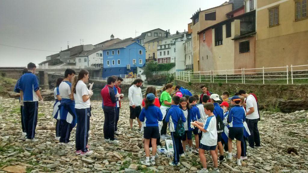 Cuarenta estudiantes de Ribadeo limpian la desembocadura del río San Xulián, en Rinlo