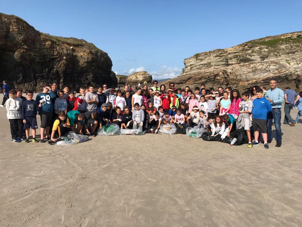 Estudiantes del Gregorio Sanz de Ribadeo participan en la limpieza de As Catedrais