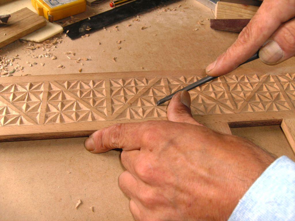 Úa quincena de personas xubiladas de Ouria xúntanse pa tallar madera