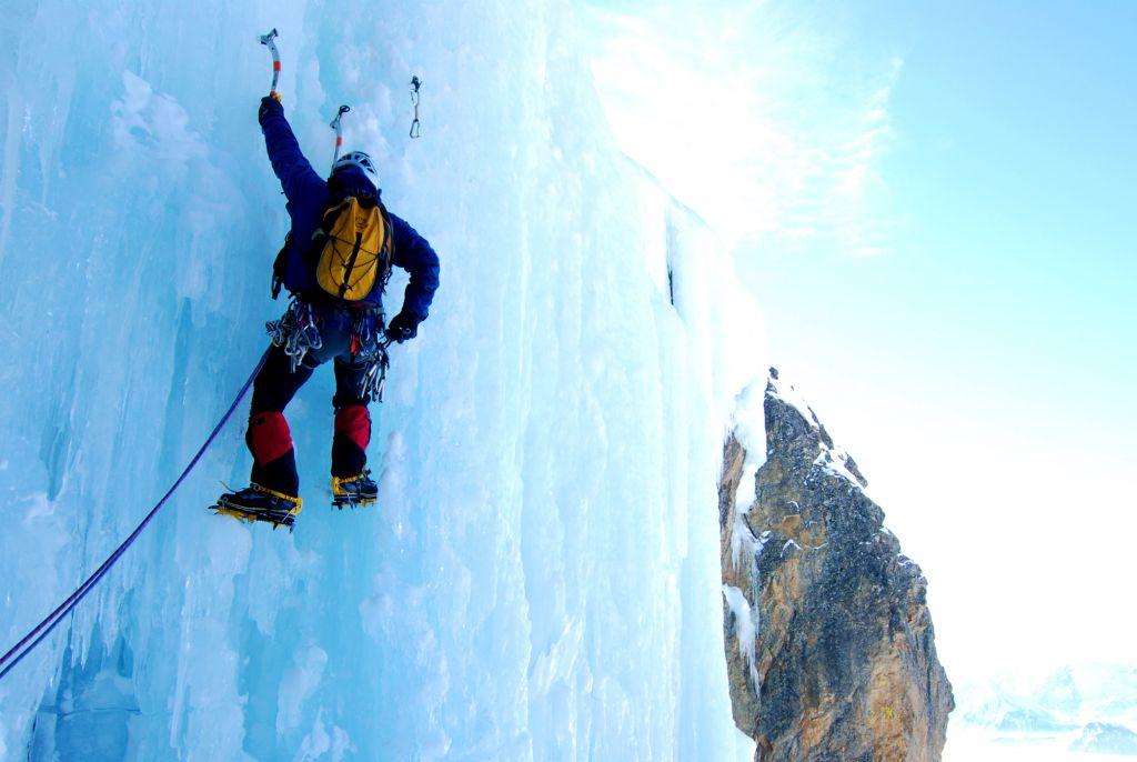 Conferencia sobre montañismo de Bernabé Aguirre en Navia