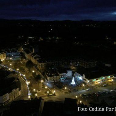 Más de trescientas personas acuden a la inauguración del alumbrado navideño en A Caridá (El Franco)