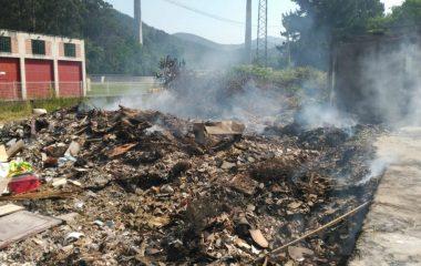 Arde la basura acumulada en el punto de recogida de La Capitana (Luarca, Valdés)
