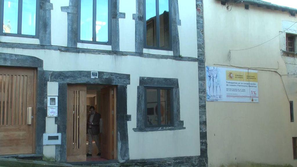 Obras de limpieza en el exterior de la Casa de las Ciencias de Luarca