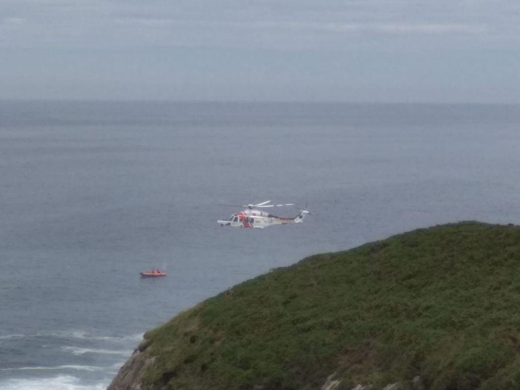 Rescatados los tripulantes de una embarcación que se hundió en Viavélez (El Franco)