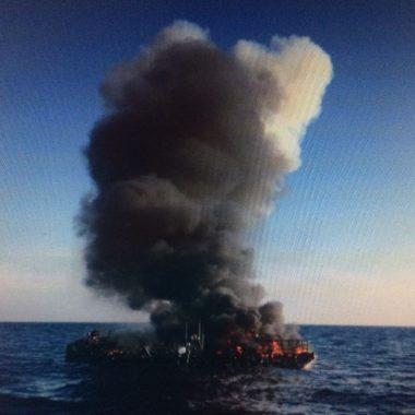 Rescatados los tripulantes del barco incendiado de madrugada, a 30 millas al norte de Ribadeo