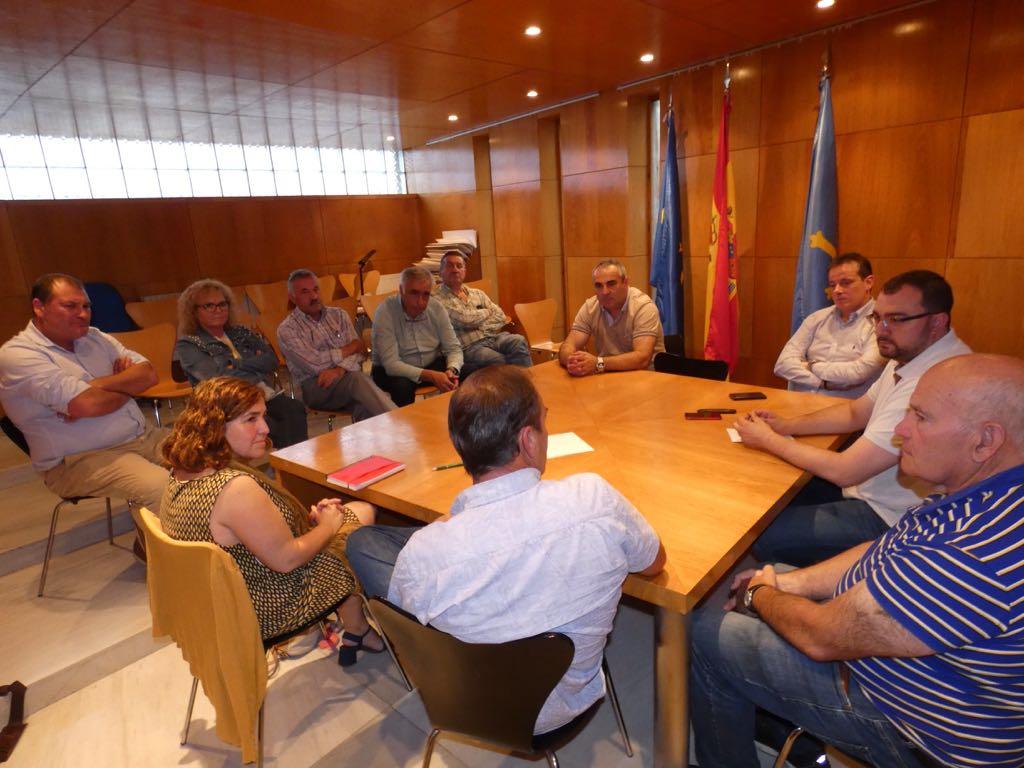 El secretario general de la FSA-Psoe se reúne con alcaldes de la comarca Noroccidental
