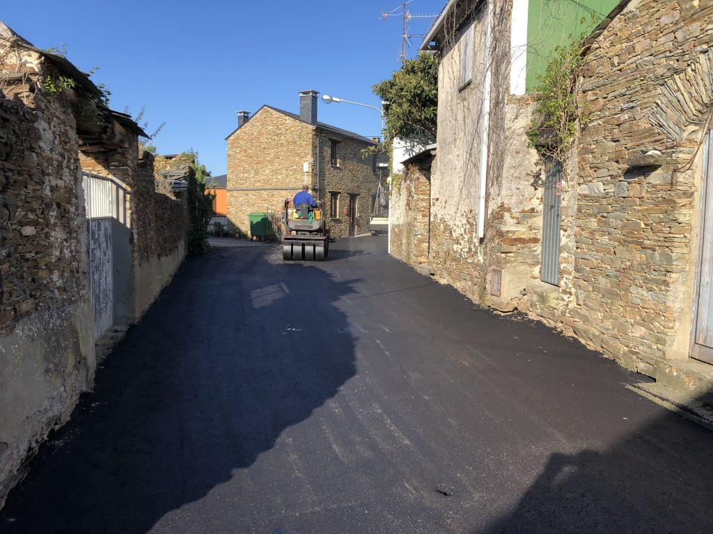 Continúan las obras de mejora de caminos en Rinlo y Vilaframil (Ribadeo)