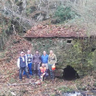 La Asociación de Vecinos de Bullaso (Illano) desbroza 13 km de la Gran Senda del Navia