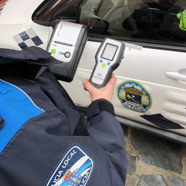 El ayuntamiento de Ribadeo equipa a la Policía Local con un nuevo etilómetro que tendrá valor probatorio en el Juzgado