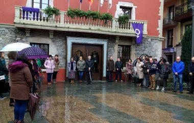 """Navia se declara municipio """"Tolerancia cero con los maltratadores"""""""