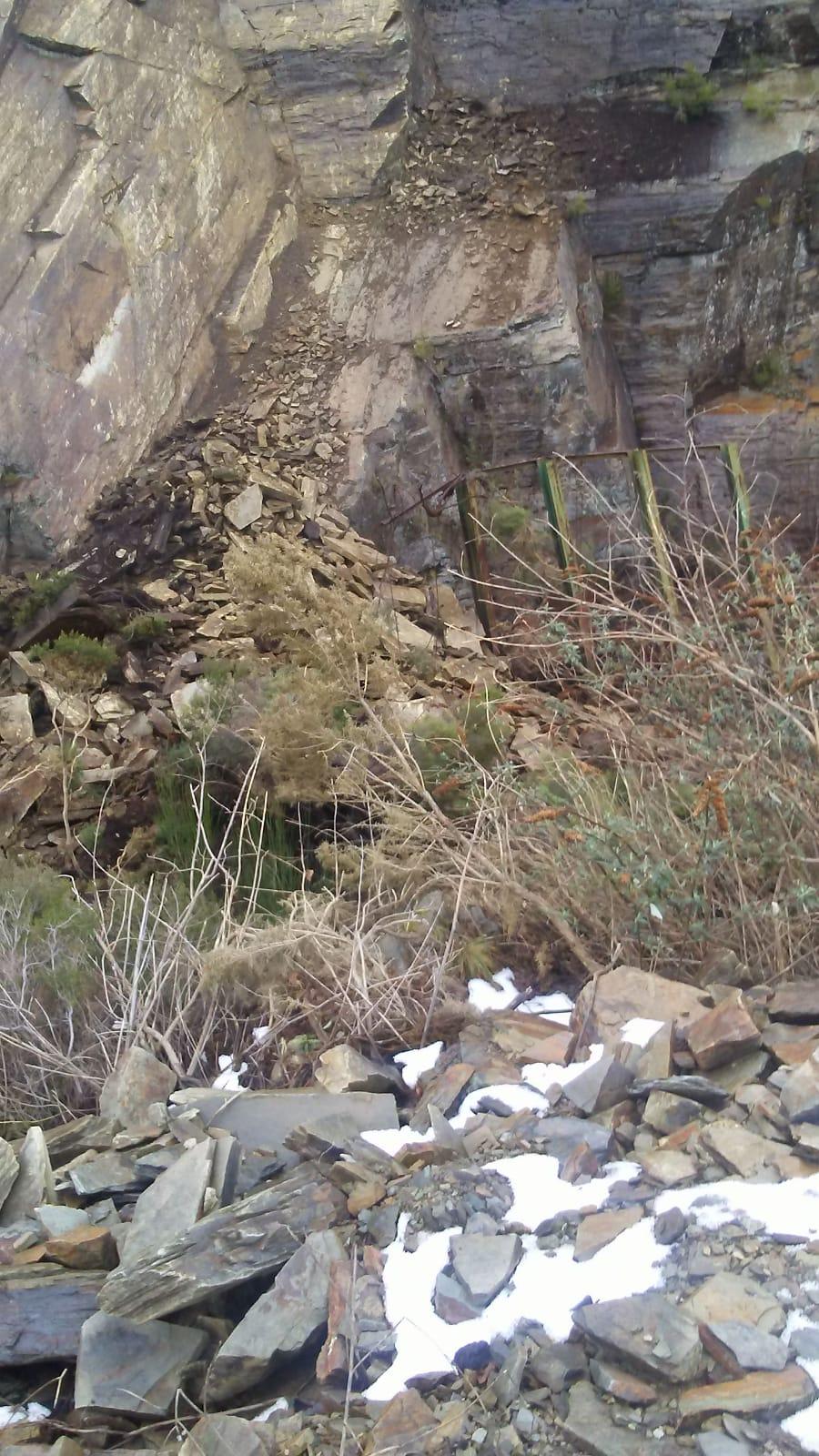Un argayo corta la AS-27, Puerto de La Garganta-Santa Eulalia de Oscos