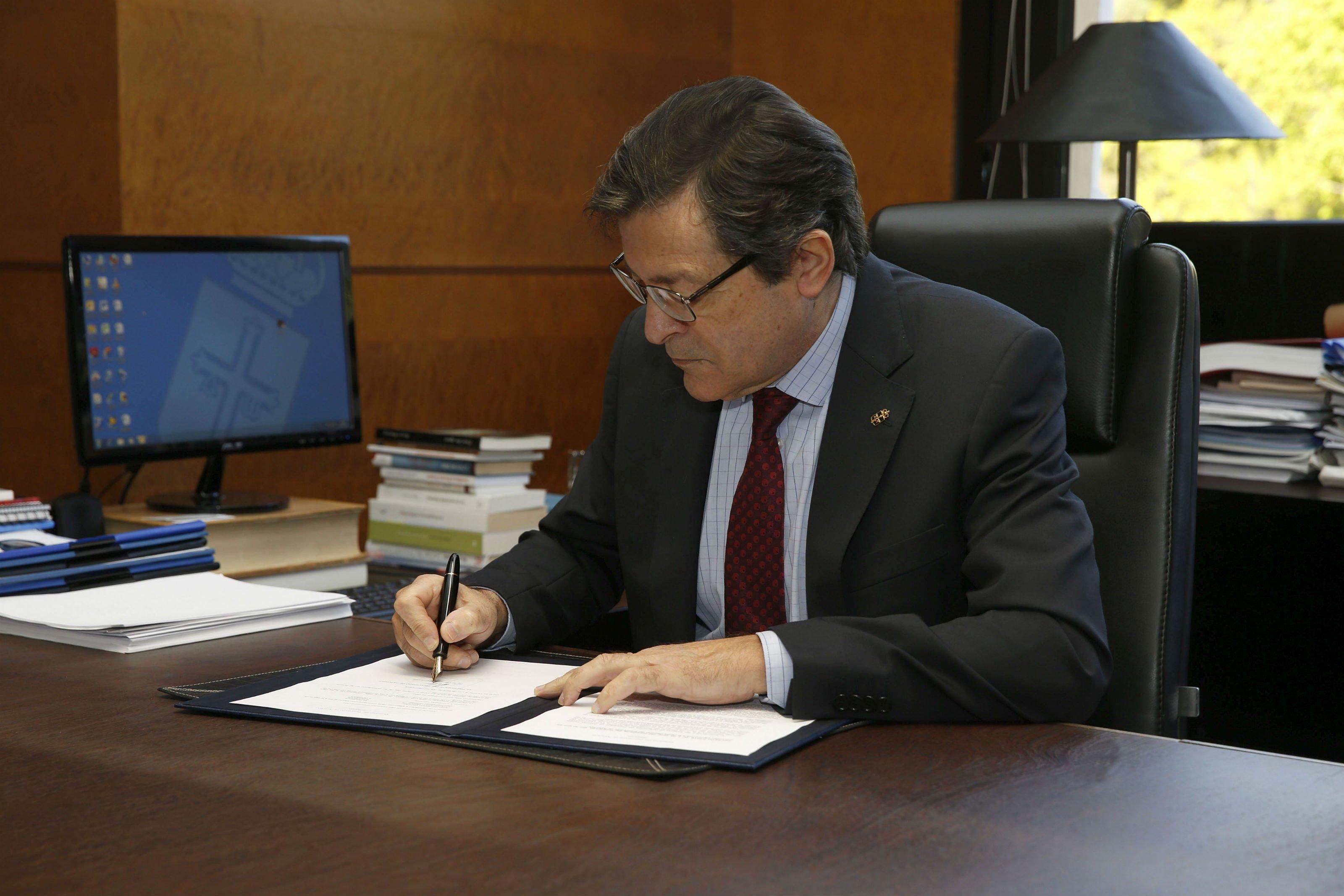 El presidente del Principado firma el decreto de convocatoria de elecciones a la Junta General del próximo 26 de mayo