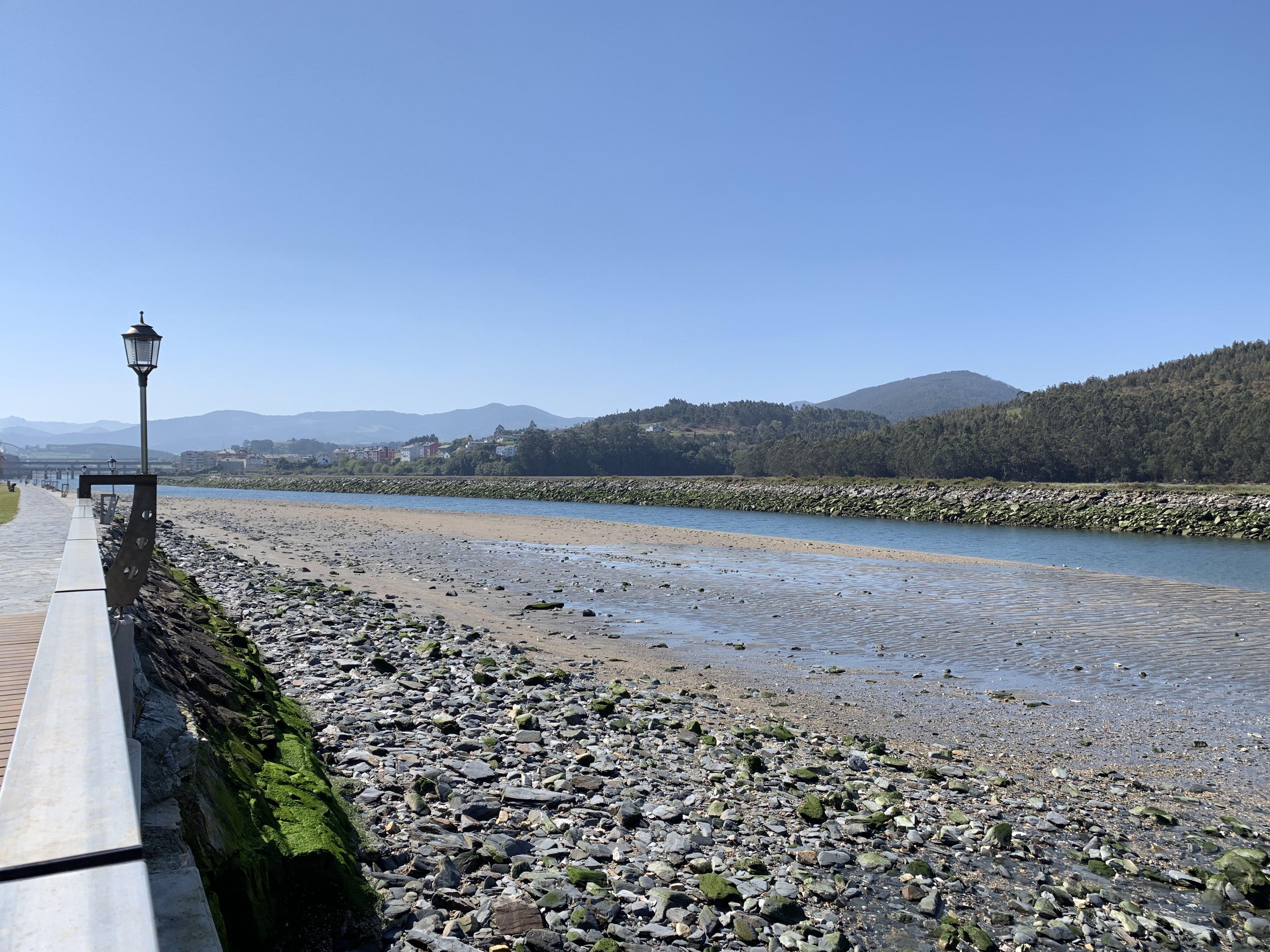 La cantidad de arena acumulada en la ría de Navia- entre La Poza y el Pardo- disminuye de manera notable su navegabilidad en bajamar