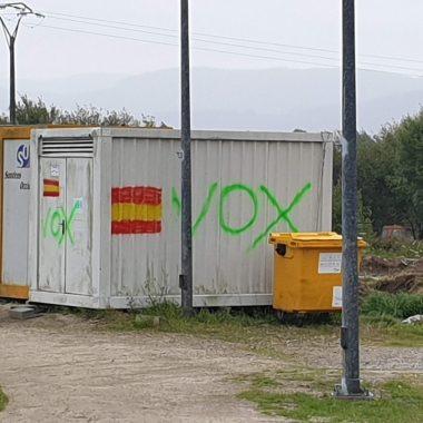 El alcalde de Ribadeo denuncia pintadas de VOX en varios lugares del concejo