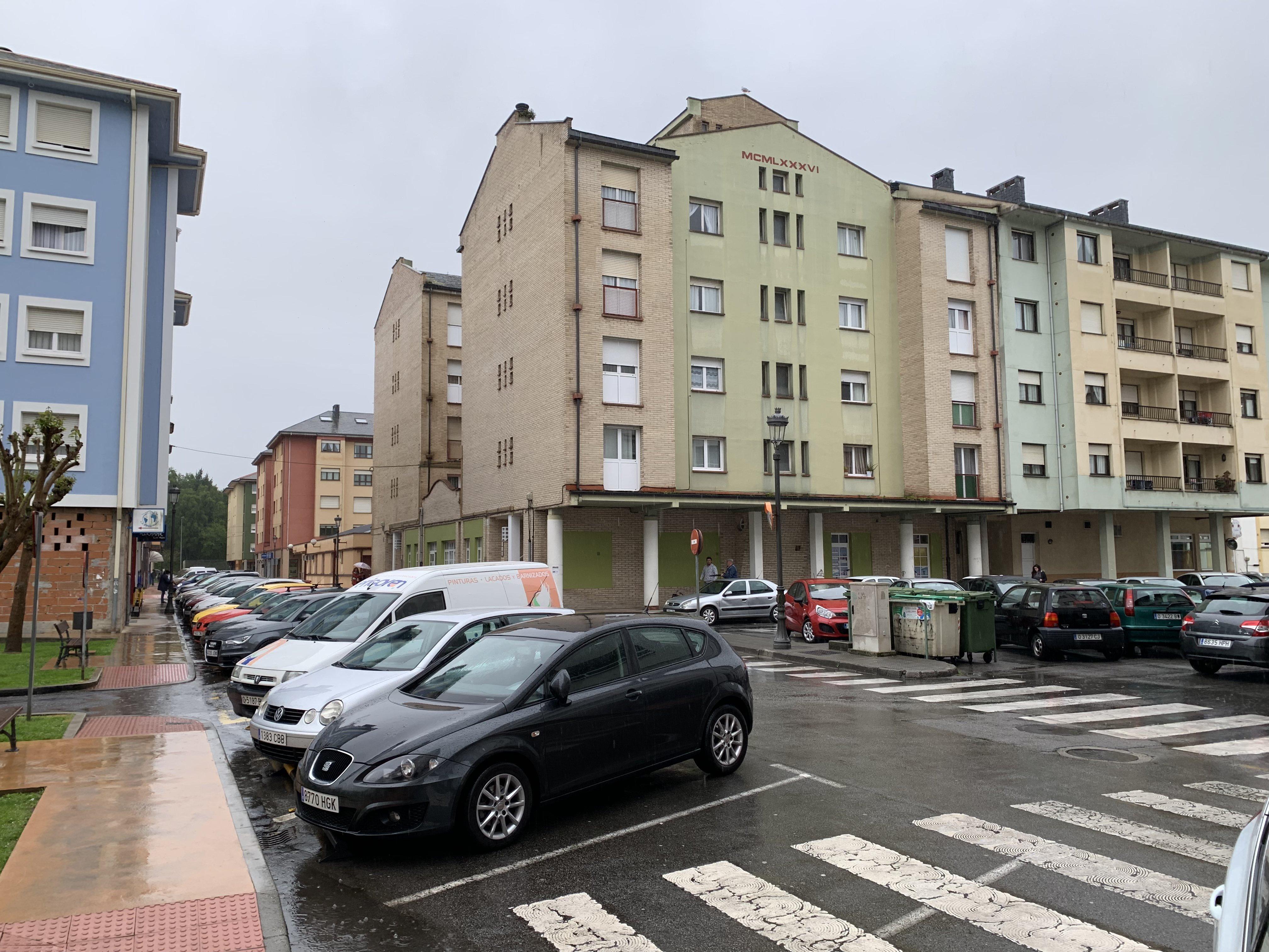 Algunos vecinos de Las Veigas (Navia) aspiran a conseguir en propiedad, las viviendas sociales que habitan en régimen de alquiler