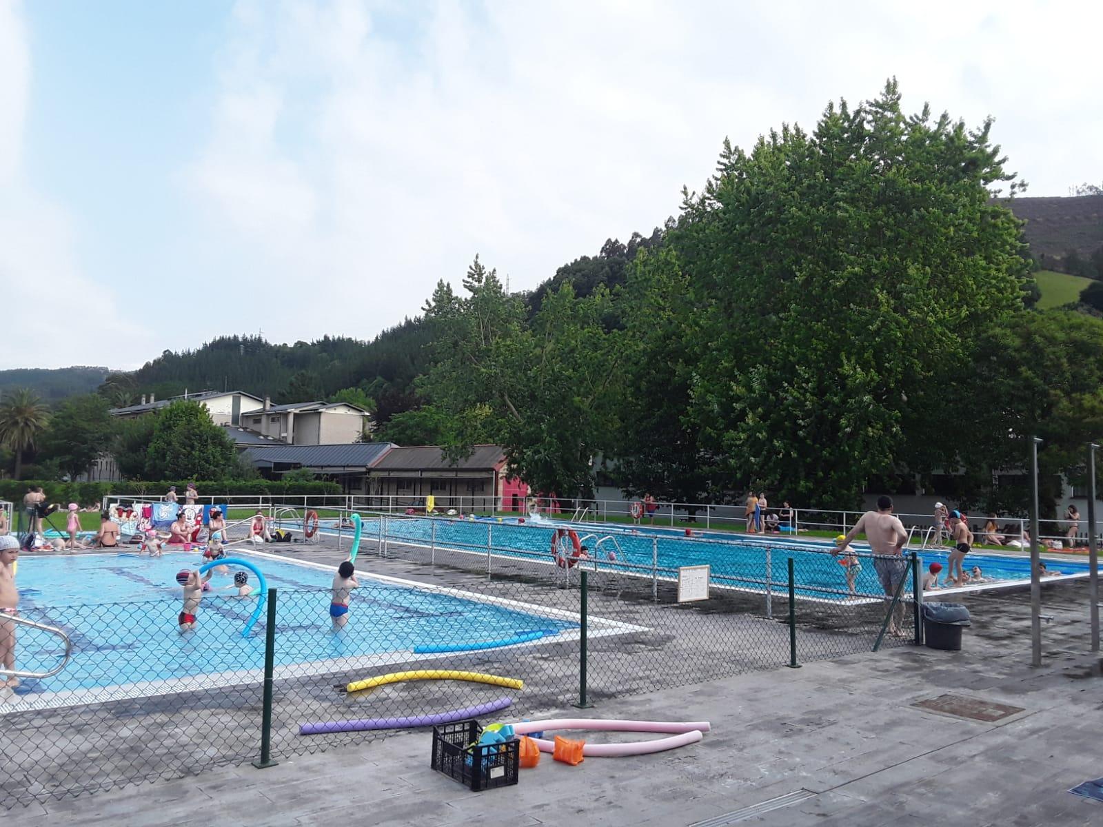 Cursos para aprender a nadar, en la piscina municipal de Vegadeo