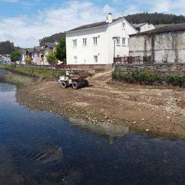 El ayuntamiento de Vegadeo retira 1.500 m3 de sedimento del río Suarón