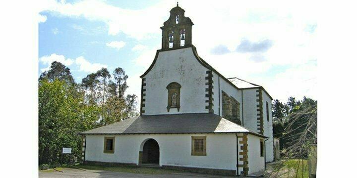 Con la misma ilusión que hace 25 años, siguen colocando el Belén de la iglesia parroquial de Canero (Valdés)