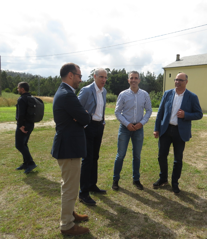 Consejero de Industria y Alcalde supervisan las labores realizadas en el Taller de Empleo Ribadeo co Camiño