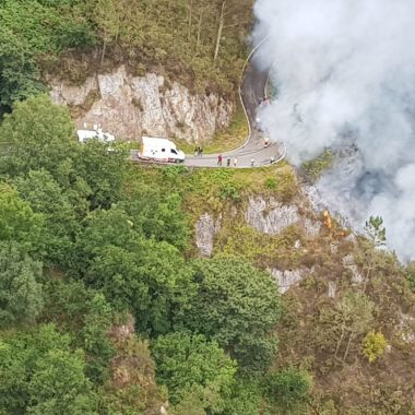 Fallece el conductor de un camión al precipitarse por un terraplén cerca del puente Polea (Villayón)
