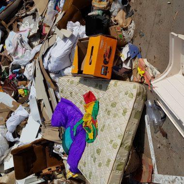 El ayuntamiento de Valdés limpia el vertedero de La Capitana