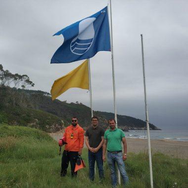 La Bandera Azul ondea en las playas de Otur y Cadavedo (Valdés)