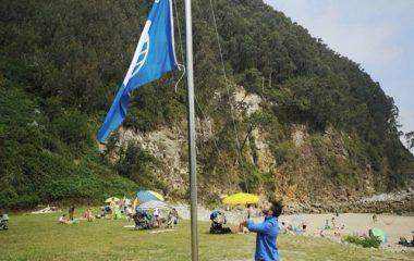 Cudillero iza sus Banderas Azules