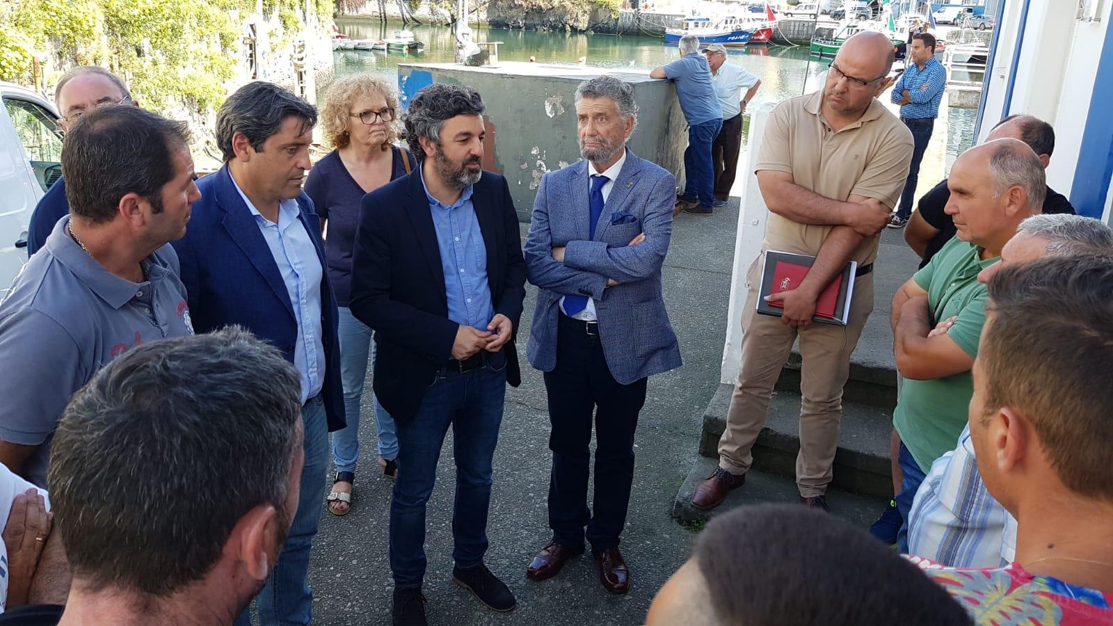 El consejero de Desarrollo Rural y Pesca visita Puerto de Vega y Castropol