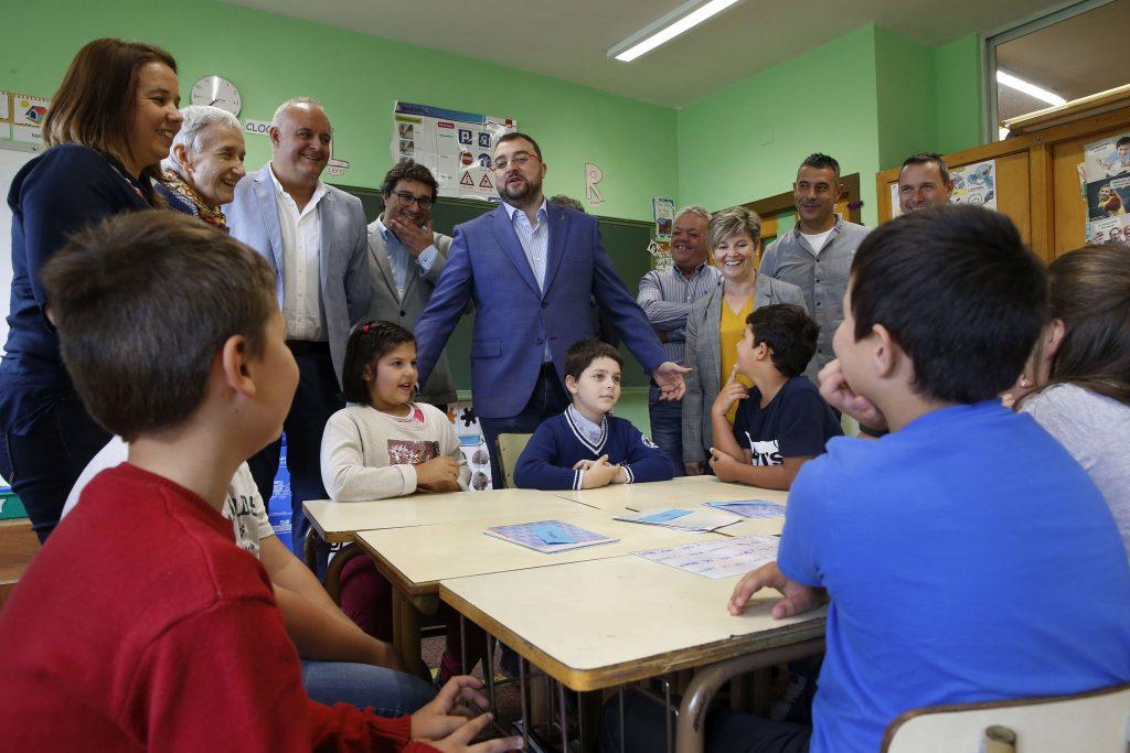 Barbón inaugura el Curso en Infantil y Primaria en el CRA de Villayón