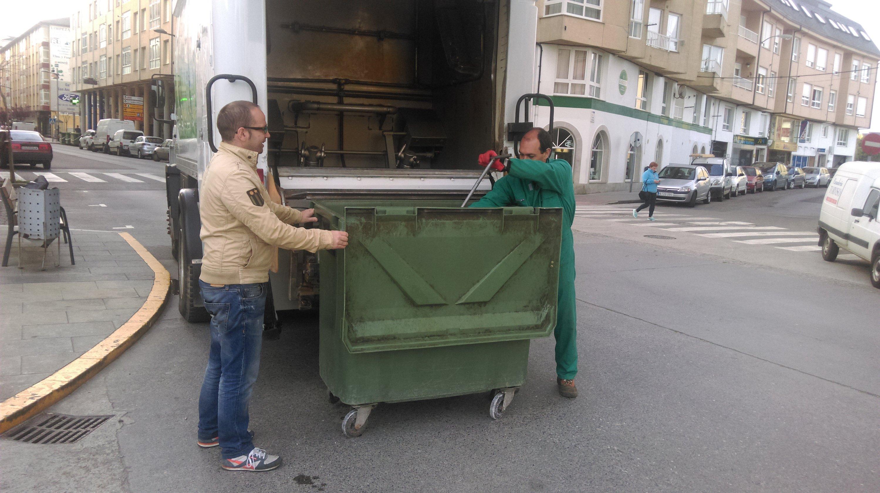 Limpieza de contenedores verdes en el casco urbano y parroquias de Ribadeo