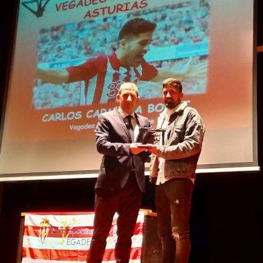 El Jugador del Sporting de Gijón Carlos Carmona recibió el Galardón Vegadeo Puerta de Asturias