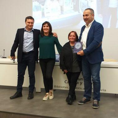Trinidad Suárez y los alcaldes de Taramundi y San Tirso recogen el Premio Aclebim a la biblioteca móvil de Taramundi