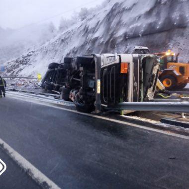 Fallece un camionero en un accidente de tráfico en Lena