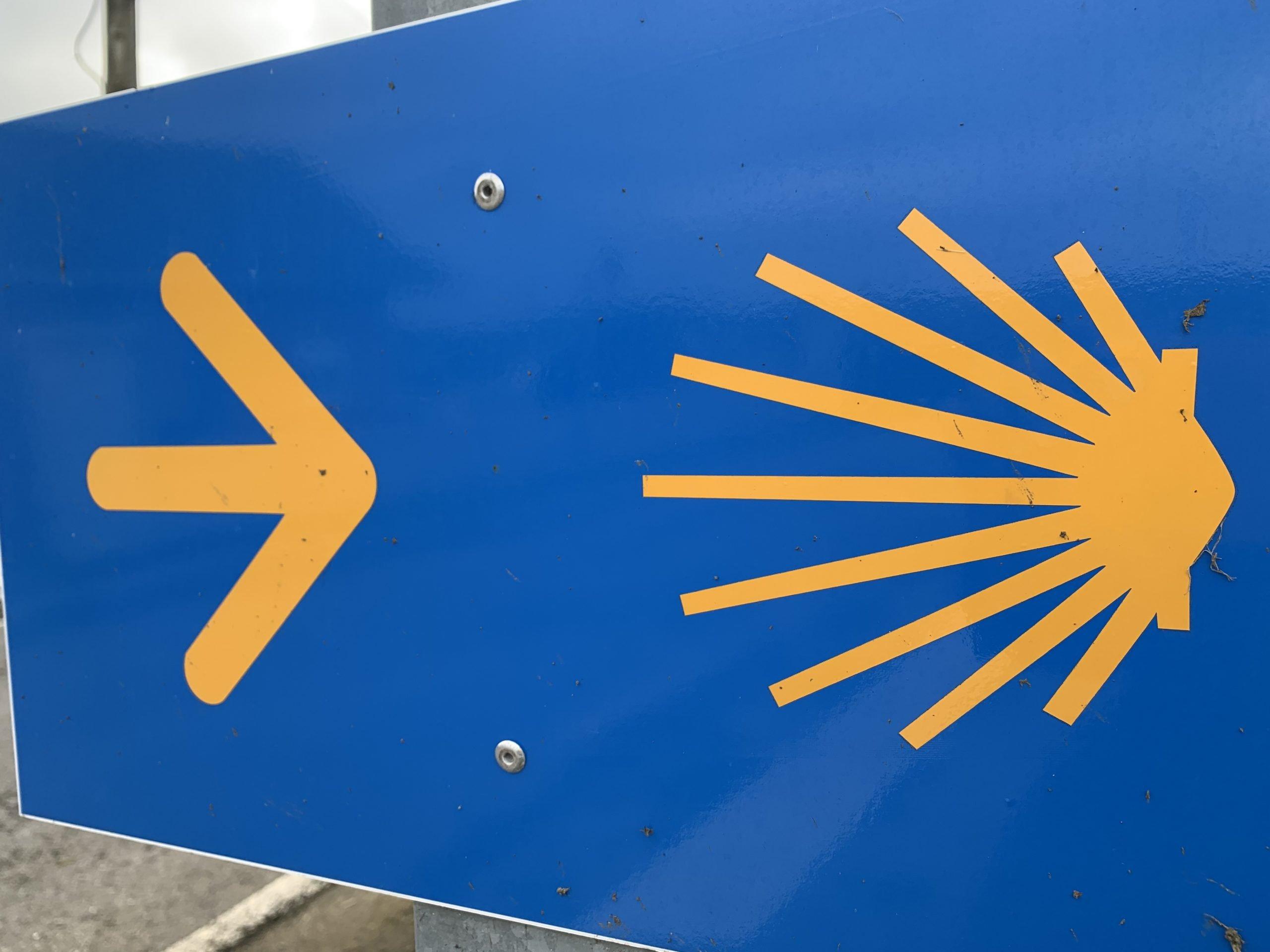 La Asociación de Amigos del Camino de Santiago de Valdés denuncia el pintado de negro varias señales amarillas de orientación al peregrino
