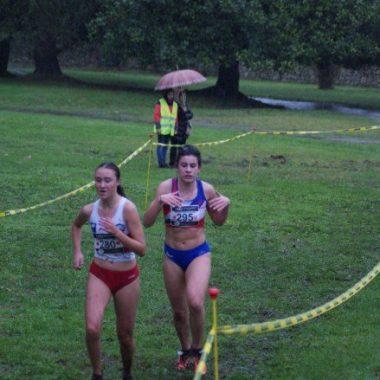 Paula Acevedo (Atlético Gijonés Fumeru), Subcampeona de Asturias Sub-18 de Cross Corto y Sara Isabel García (Recta Final) se hizo con el Bronce.