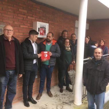 Colocado el desfibrilador que la Asociación Cultural San Tirso del Eo ha adquirido en beneficio de la comunidad