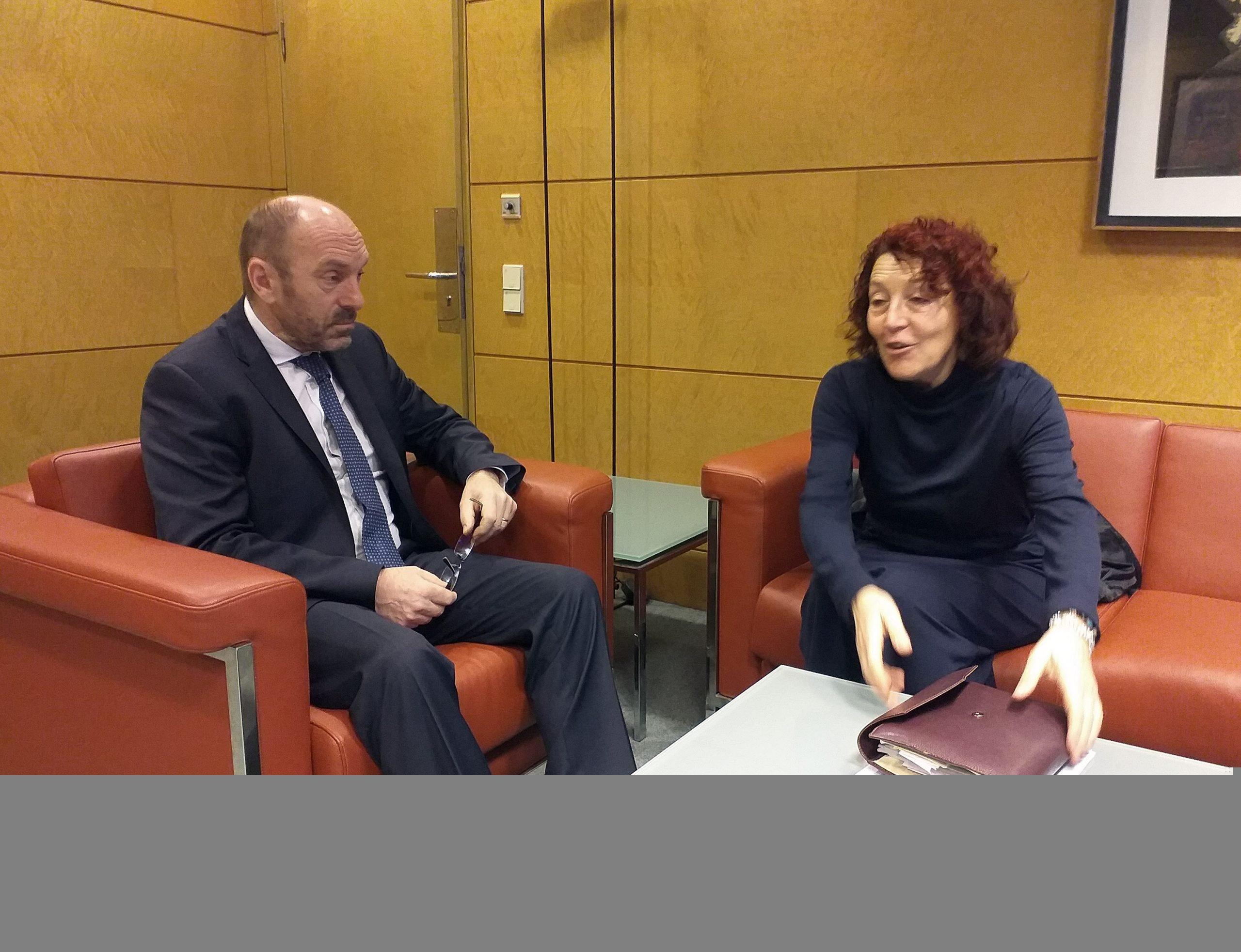 La alcaldesa de El Franco traslada las preocupaciones del concejo y de la Comarca a los consejeros de Infraestructuras y de Salud