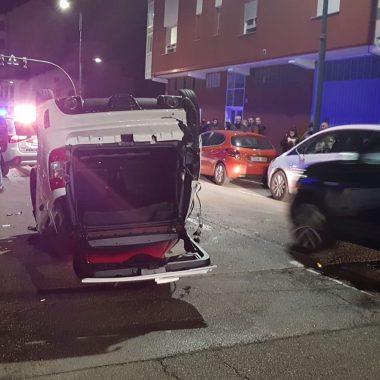 """Vuelca un coche """"sin carné"""" en Cangas del Narcea, tras colisionar con otro automóvil que estaba estacionado"""
