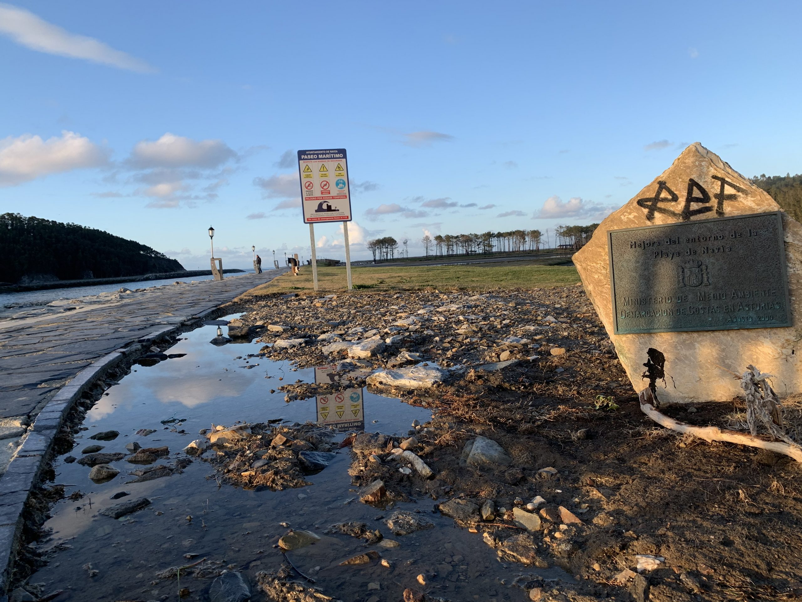 """José Manuel Peláez (vecino de Navia): """"deberían reunirse todos los organismos implicados y buscar una solución"""" al Paseo Marítimo, la Poza y el espigón de la ría"""