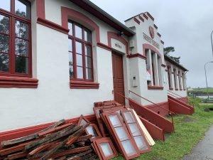 El ayuntamiento de Navia renueva la carpintería de las Escuelas de Piñera (albergue de peregrinos y local social)