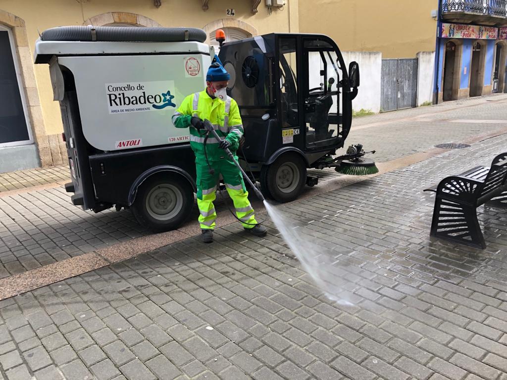 Ribadeo incrementa la limpieza de calles habitual baldeando con lejía