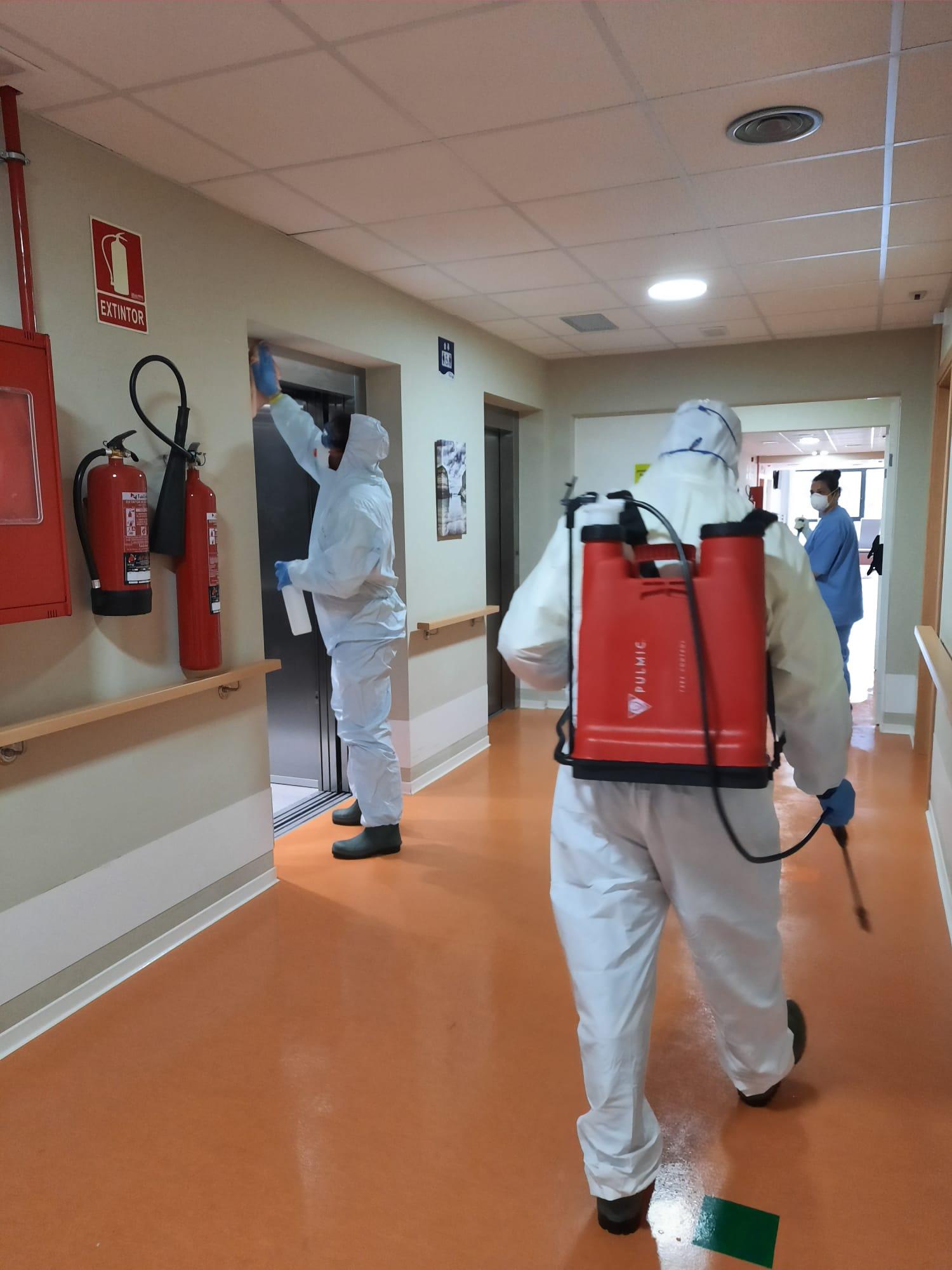 Se refuerzan las tareas de limpieza y desinfección en Hospital Asilo y Residencia de Mayores de Ribadeo