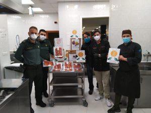 La Guardia Civil de Asturias hace entrega de alimentos donados por el Grupo de Cortadores Solidarios a Cáritas Asturias.