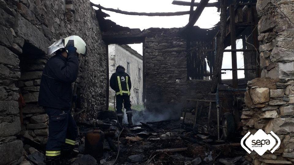 Extinguido el incendio  en una casa deshabitada de Barcia (Valdés)