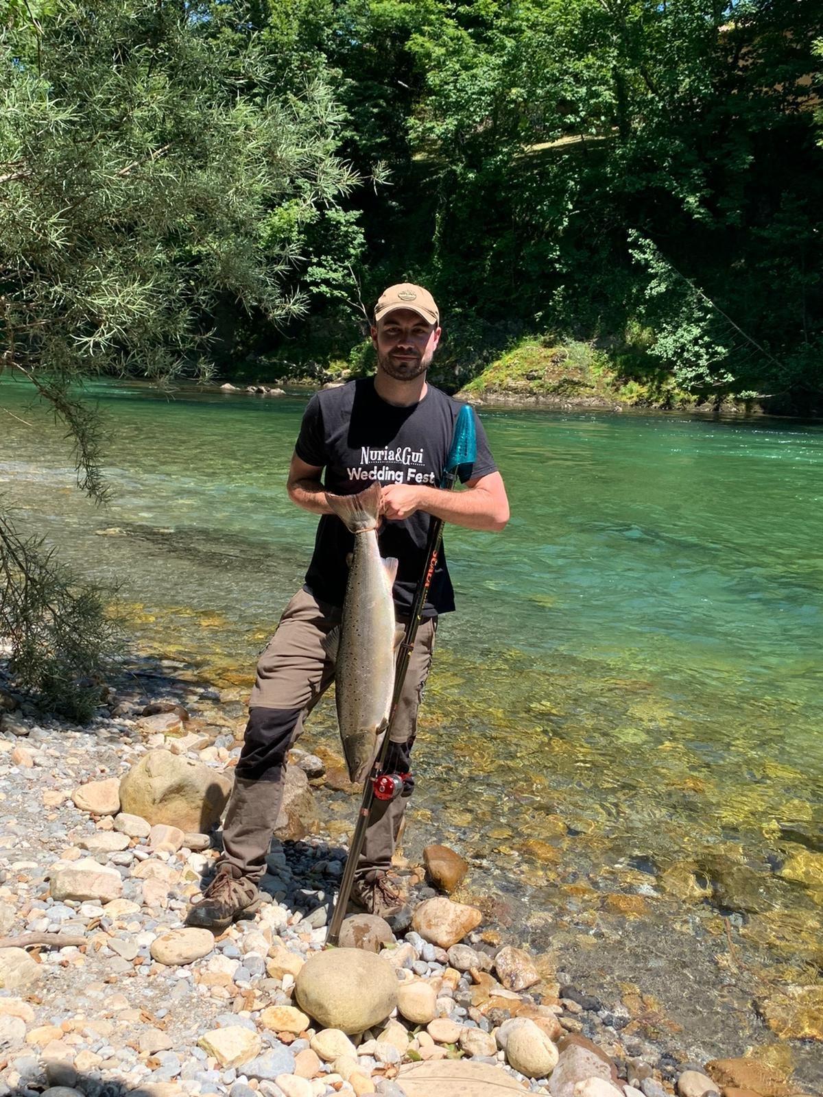 El tapiego Sergio García, capturó su segundo salmón de la temporada también en el Sella