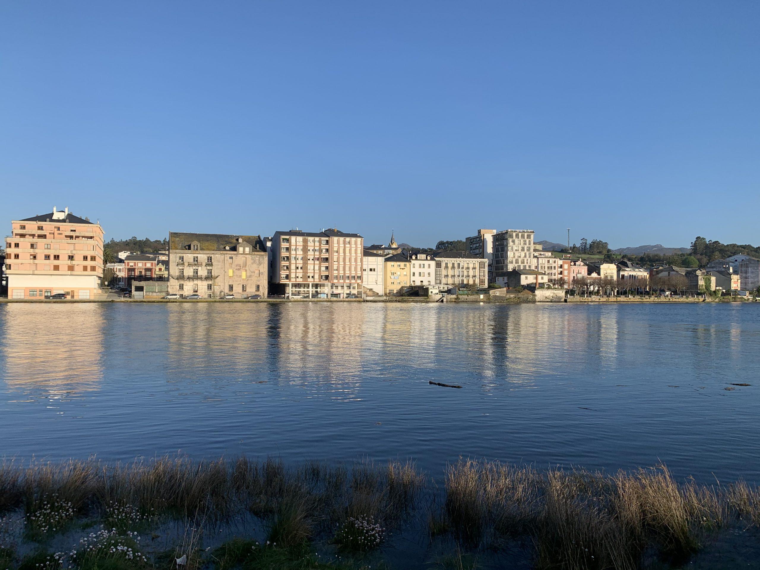 27 hosteleros solicitan instalar terraza en Navia y Puerto de Vega