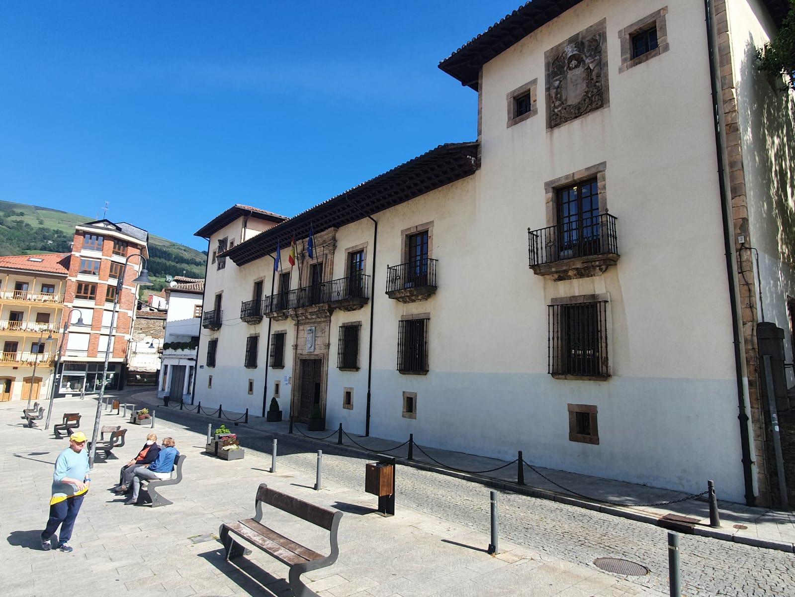 Ayuntamiento de Cangas del Narcea y Tous pa Tous editan una guía artística sobre las casonas y palacios del concejo