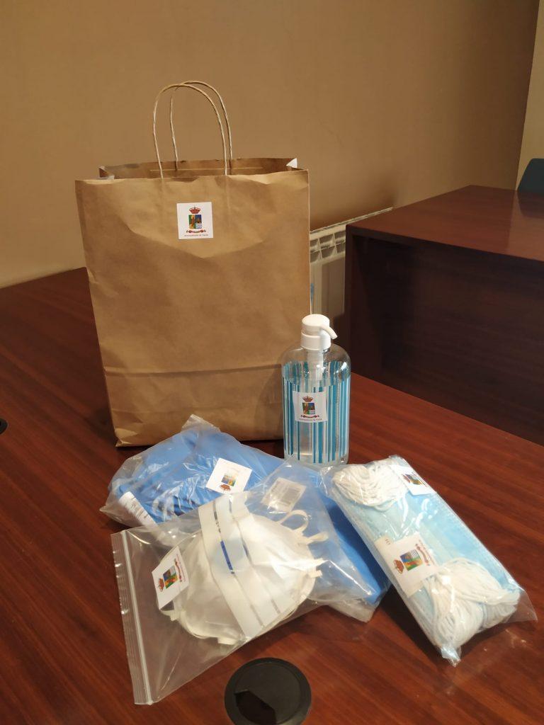 El ayuntamiento de Navia entrega kits de protección sanitaria Covid-19 a los establecimientos comerciales del concejo