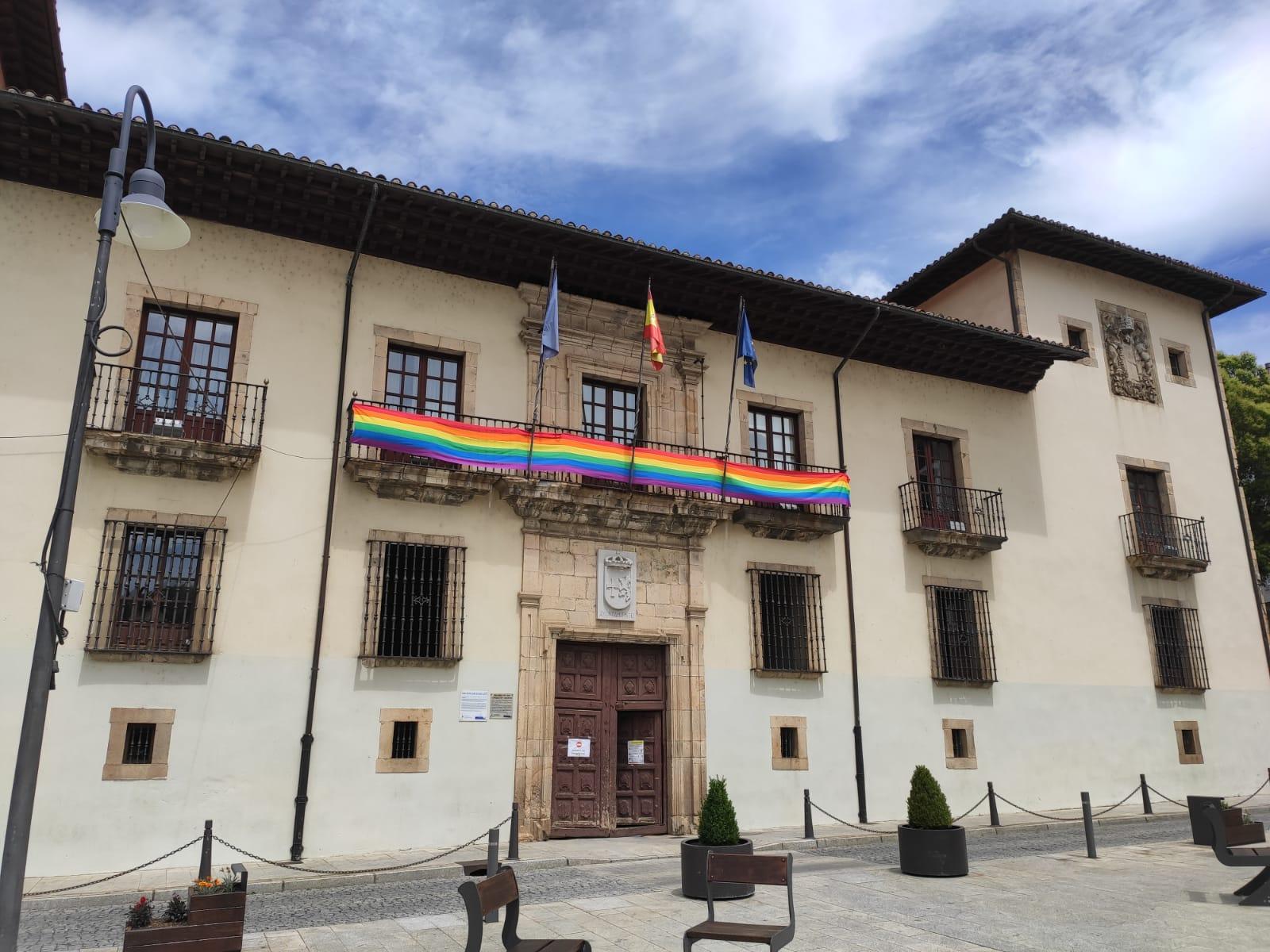 Cangas del Narcea luce con orgullo una lona arcoíris en la fachada del ayuntamiento