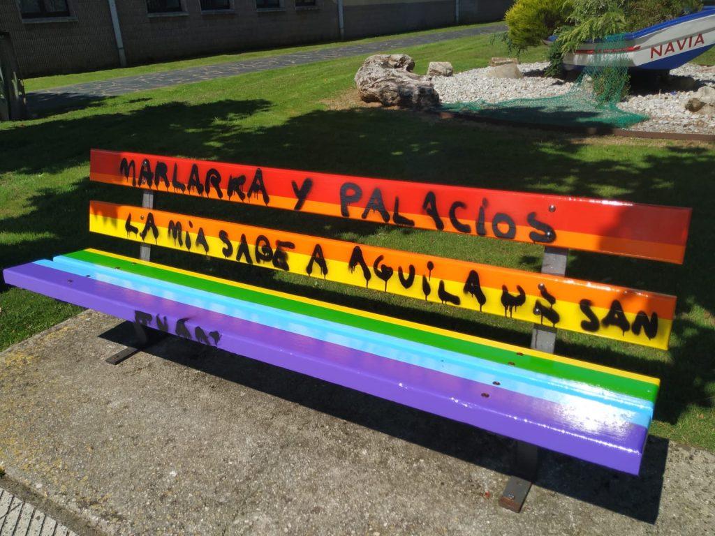 """Los bancos """"arcoiris"""" de Navia recuperan su aspecto original, aunque amanecieron pintarrajeados"""
